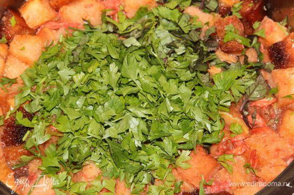 Рубим зелень, у меня петрушка и зеленый и синий базилик. Все по вкусу. Добавляем в суп.