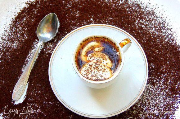 Влейте кофе, перемешайте. украсьте взбитыми сливками и посыпьте тертым шоколадом.