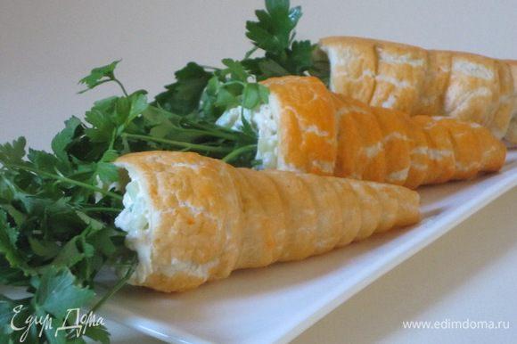 """Украсить петрушкой, выложить на блюдо. """"Морковки"""" к поеданию готовы!"""