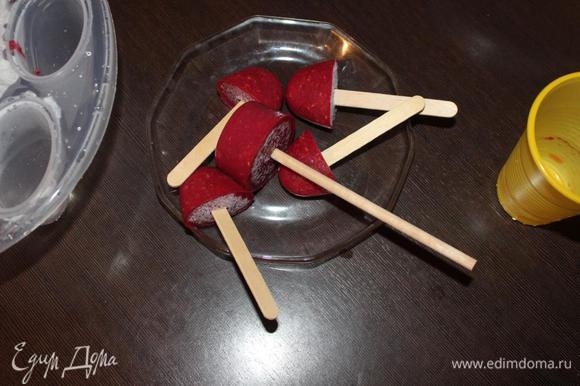 Достать конфи, обдать формы горячей водой, аккуратно вынуть ягодную массу из форм.