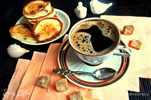 Подавать можно с чем-то сладким и несладким тоже, как и обычный чёрный кофе!
