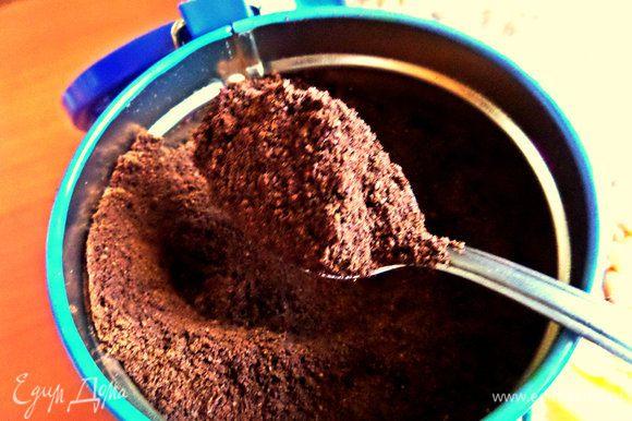 Берём ложку с горкой кофе.