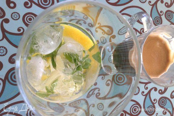 Положить в стакан лимон, мяту, лед, все перемешать(можно добавить чуть-чуть газированной воды).