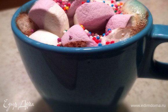 Налить кофе в чашку, оставив в чашке место для кондитерских сливок. Далее добавить в кружку сливки в желаемом количестве, на них положить суфле, посыпать бусинками. Наслаждайтесь!