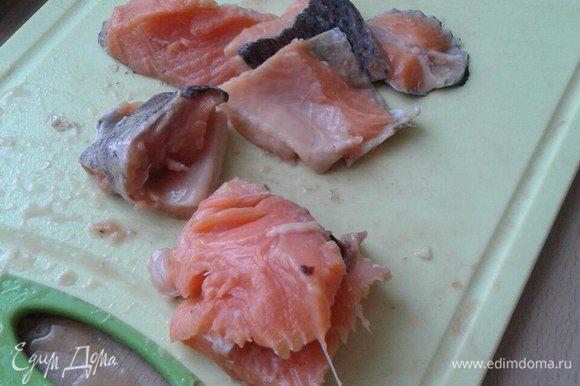 Нарезать лосось на несколько частей и добавить в суп.