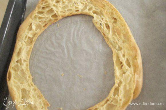 Сборка торта: срезать крышку у кольца, наполнить кремом дно кольца, накрыть крышкой.
