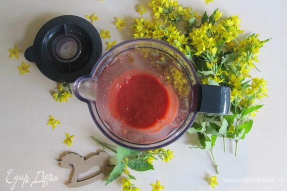 Затем делаем соус к нашим блинчикам. Берем любые ягоды на ваш вкус, сахар и отправляем в блендер. Взбиваем.