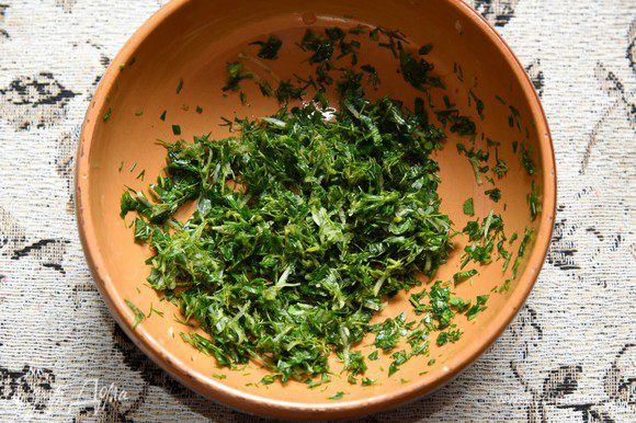 В миску с зеленью добавить измельченный чеснок, соль. Хорошо помять (пестиком или вилкой) так, чтобы зелень дала сок.