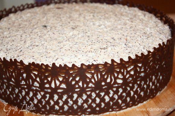 Когда шоколад застыл, осторожно снимаем бумагу. Если шоколадный декор получился длиннее торта, осторожно отрежьте излишки горячим ножом.
