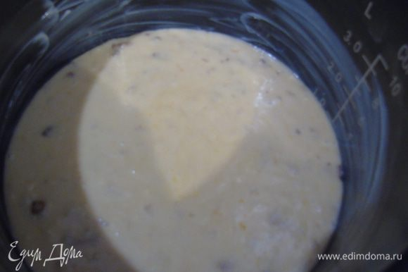 Форму смазываем сливочным маслом и выливаем тесто.