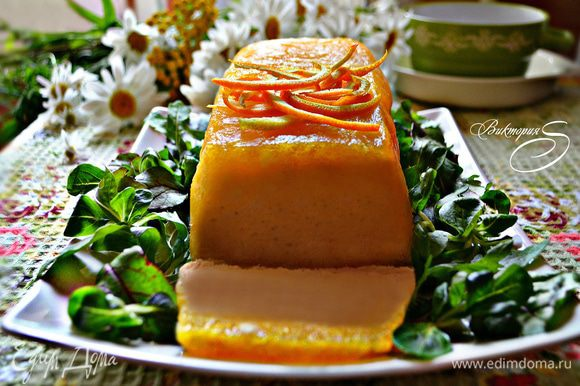 Перед подачей перевернуть паштет на блюдо, нарезать ломтиками и украсить салатными листьями и тёртой цедрой апельсина. Приятного вам аппетита!