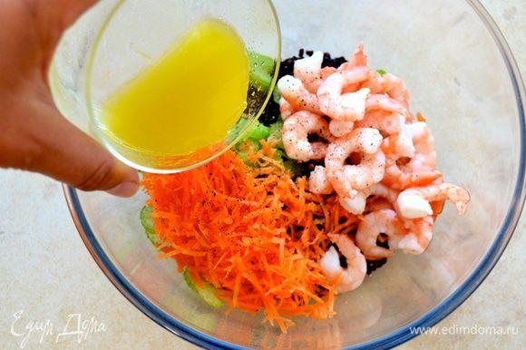 Для заправки смешайте сок лимона и оливковое масло. Перемешайте и полейте салат. Посолите и поперчите всё по вкусу. Можно оставить при комнатной температуре настояться минут 30.
