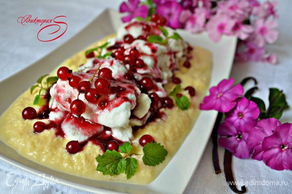На тарелку выложить охлаждённый крем, сверху распределить «Плавающие острова», полив ягодным соусом. Приятного вам аппетита! Наслаждайтесь!