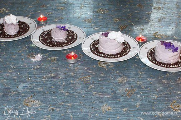 Выкладываем готовое мороженое на шоколадное блюдце и украшаем фиалковым сахаром.
