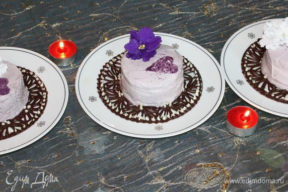 На каждую порцию кладем цветок живого цветка фиалки для декора.