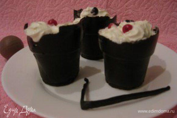 Из кондитерского мешка сливочно-ванильный крем высадить в стаканчики и украсить ягодами. Приятного аппетита!