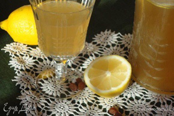 Остывший напиток процедить, отжать изюм. Влить сок половины лимона. Охладить.