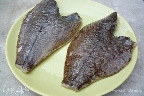После этого каждую рыбку натереть солью, смесью перцев, можно по желанию добавить тертый имбирь, так- же можно использовать специальную приправу для рыбы, где уже присутствуют сушеные овощи и перчик чили.