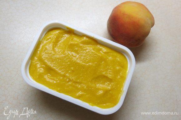 """Готовим оранжевую """"секретную"""" основу. Отвариваем на пару молодые морковки, охлаждаем их. Чистим. Также чистим персики. Всё взбиваем погружным блендером до кремообразного состояния. Добавляем творог. Продолжая взбивать вливаем лимонный сок. Всыпаем цедру лимона. Вводим распущенный в любом жёлто-оранжевом соке желатин. Добавляем ванильный сахар, проверяем однородность. Перекладываем в формочку и отправляем в холодильник, застывать."""