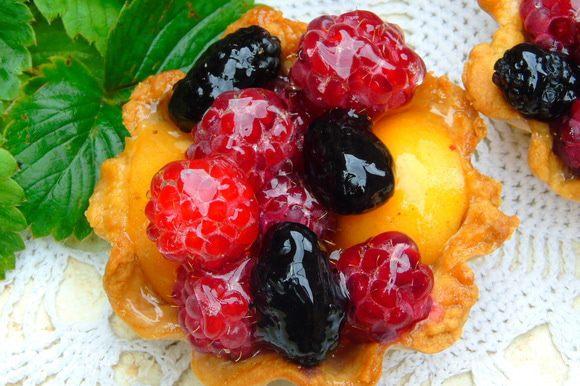 К пачечке желе для торта добавить 2 ст. л. сахара, но это дело вкуса, далее готовим как указано на пачке и заливаем ягоды. Тут же и подаем, желе застывает мгновенно!!! Приятного чаепития!!!
