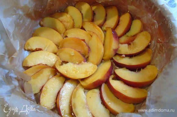 Нектарин (персики) нарезать дольками. Форму застелить пергаментом, вылить мед и выложить нектарин.