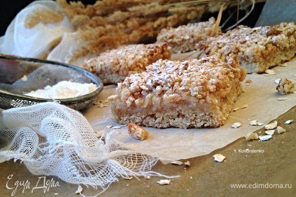 Готовому пирогу дать остыть и подавать к столу! Можно нарезать порционно и подавать в виде пирожного! Приятного аппетита! :)