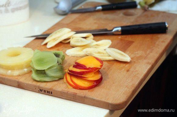 Нарезаем фрукты кольцами. Панируем их в кукурузном крахмале, смешанном с сахарной пудрой.