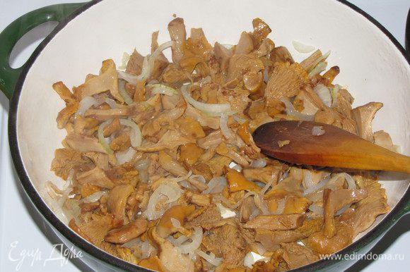 Луковицу нарезать тонкими полукольцами, обжарить до прозрачности на смеси оливкового и сливочного масла. Добавить лисички, жарить еще немного.