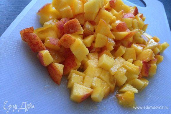 Персик (у меня большой, поэтому один!) вымыть и нарезать кубиками.