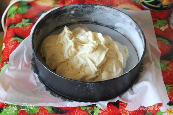 Тесто переложите в форму, смазанную маслом. Аккуратно лопаткой разровняйте тесто.