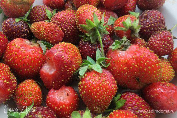 Откладываем для украшения 8 самых красивых ягодок. Делим остальную клубнику на две части. Одну часть будем замораживать.