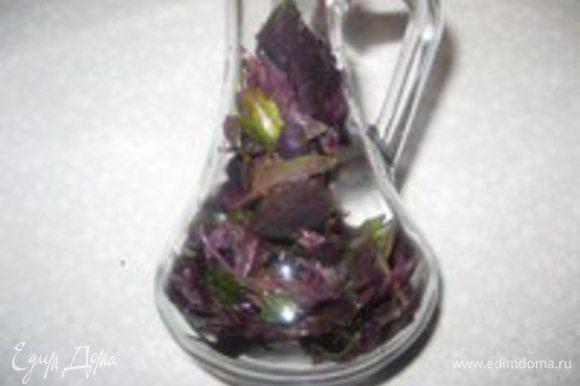 В чистую и сухую стеклянную бутылку кладем листья базилика.