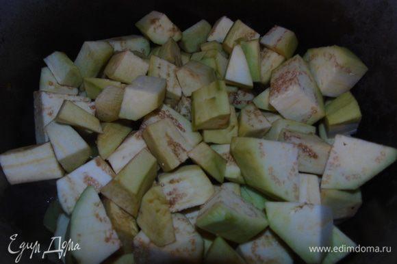 Добавить очищенные и нарезанные баклажаны. Жарить до мягкости баклажан.