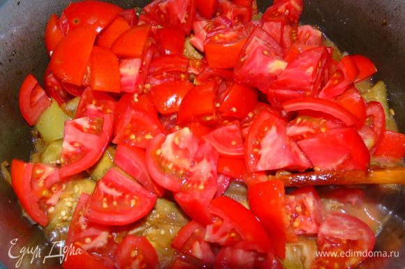 Добавить помидоры, соль (сначала добавьте 1 ст. л., перемешайте и попробуйте, дальше по вкусу), сахар (тоже по вкусу), поперчить. Дать покипеть 10 минут.