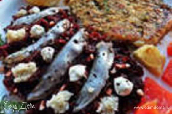 Проще некуда, но ярко, вкусно: http://www.edimdoma.ru/retsepty/71916-svekolnyy-garnir-s-kilechkoy