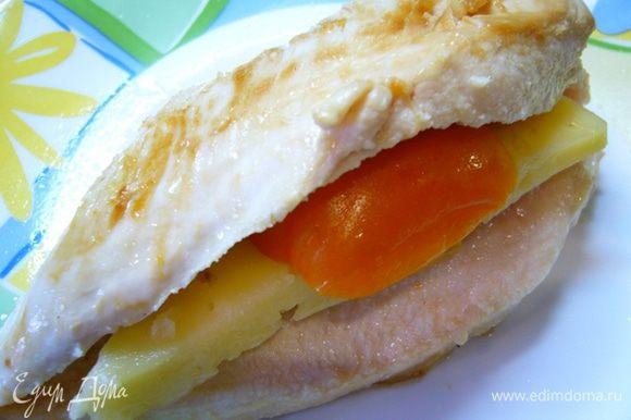 Филе надрезать вдоль с одного края, в получившийся кармашек вложить кусочек сыра и кружок томата.