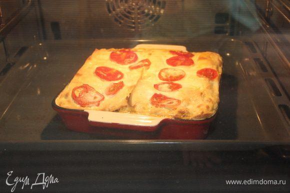 Таким образом продолжайте выкладывать слои, пока не закончатся ингредиенты. Сверху полейте лазанью оставшимся сливочным соусом, выложите ломтики помидоров, присыпьте сыром. Запекайте при 180С 35 минут до золотистого цвета.