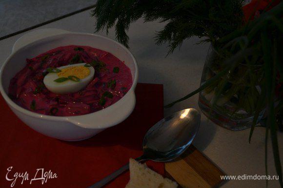Яйца разрезать пополам, выложить сверху и присыпать луком. Приятного!)