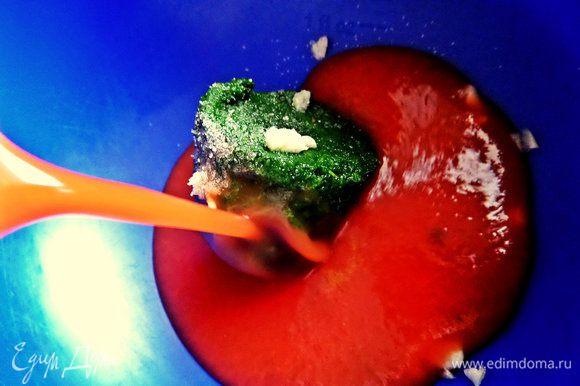 Влить томатный сок покупной или выжать из свежих помидоров.