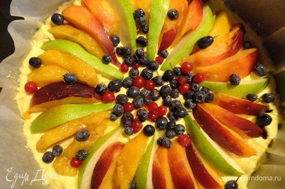 Я делала этот пирог и с вариантом: нектарины+груша+голубика (в таком варианте сахаром сверху посыпать не нужно). Тоже отлично получилось. Но с ягодами мне показалось сочнее.
