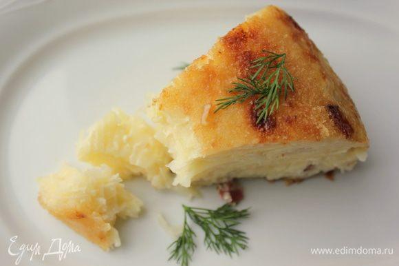 Совет: жидкость от тертого картофеля лучше слить. Прям отжать хорошо и слить, тогда запеканка получится аккуратная, плотная, и совсем не сухая (сливки сделают свою работу, не переживайте).