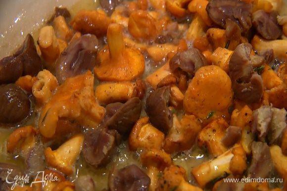 Добавить в сковороду каштаны (крупные разломить пополам, чтобы были такого же размера, как грибы) и обжаривать все до готовности лисичек.