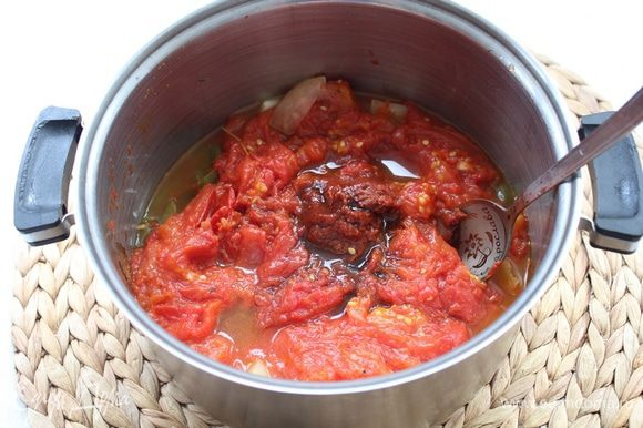 Добавьте бальзамический уксус и томатную пасту, хорошо перемешайте и потомите на плите мин 40, чтобы испарилась лишняя жидкость.