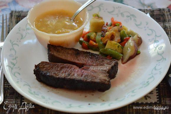 Готовый стейк достанем из гриля, дадим полежать 10 мин. Разрежем на порции и подадим к столу. Наслаждаемся. Приятного аппетита.