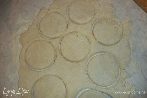 Тесто раскатать в пласт толщиной 5 мм, стаканом вырезать кружочки. Выложить их на смазанный маслом противень и выпекать при температуре 180 градусов 15 минут.