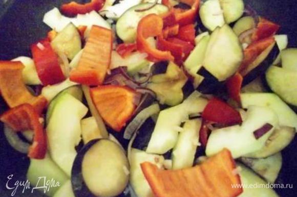 Разогреваем сковороду, наливаем масло и обжариваем сначала лук полукольцами, через пару минут добавляем измельченный чеснок, перец, цукини и баклажан порезанные крупными кусками. Тушим овощи на среднем огне минуток 10, помешиваем, если надо добавляем пару ложек воды (я добавляла 2).