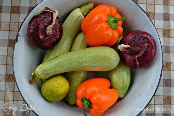 Подготовьте помойте овощи.