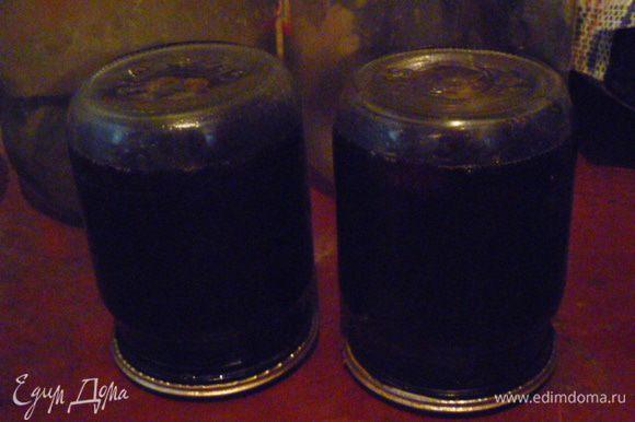 Закатать стерилизованными крышками, закатать и перевернуть вверх дном до полного остывания. Получилось 2 пол-литровые баночки на зиму.