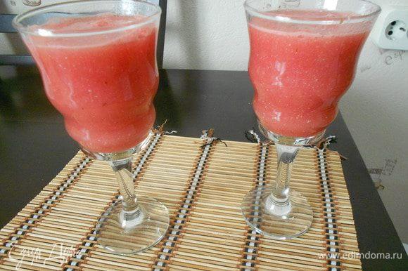 Из мякоти арбуза можно приготовить коктейль. Быстрый способ съесть арбуз. http://www.edimdoma.ru/retsepty/75741-arbuznyy-kokteyl Вкусно, удобно, полезно, изящно.