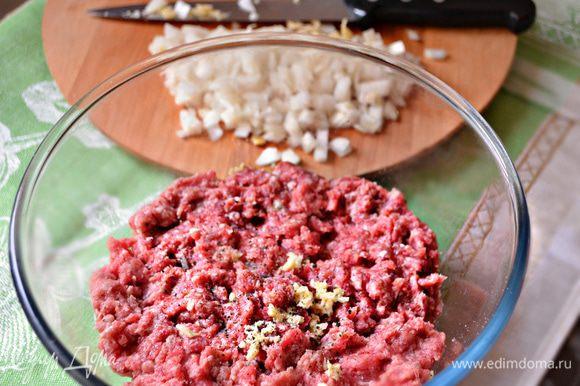 Подготовьте фарш (говяжий либо свинина+говядина), дважды пропустите через мясорубку. Добавьте в фарш паприку, соль, черный перец и мелко порезанный лук, хорошо перемешайте. Влейте в фарш минеральную воду и старательно вымешивайте фарш руками в течение 10 минут. Затем залейте фарш оливковым маслом так, чтобы оно покрыло всю поверхность и создало масляную пленку, которая не даст фаршу заветриться. Уберите фарш в холодильник на несколько часов, а лучше на ночь.